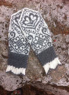 Ravelry: Vivis värmande vantar ( Vivi mittens) pattern by JennyPenny Knitted Mittens Pattern, Knit Mittens, Knitted Gloves, Knitting Socks, Knitting Stitches, Hand Knitting, Knitting Designs, Knitting Patterns, Wrist Warmers