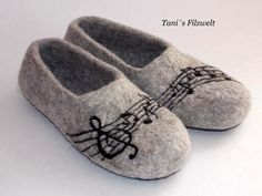 "Filzschuhe , Filzpuschen Gr 39-40 von Tani""s Filzwelt auf DaWanda.com Wool Shoes, Felt Shoes, Wet Felting, Needle Felting, Felted Slippers Pattern, Make Your Own Shoes, Black And White Theme, Shoe Pattern, Felting Tutorials"