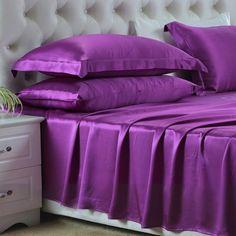 Violeta, Nuestras sábanas encimeras de #seda se han fabricado con la mejor seda de #morera de #19 mm, que es hermosa, suave y lujosa. Se puede ajustar de forma natural a la temperatura del cuerpo, es resistente al polvo y te brinda un sueño maravilloso. De: https://www.oosilk.com/es/silk-flat-sheets-c.html