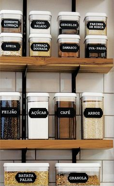 5 tips on how to organize the house in a more practical way- 5 dicas de como organizar a casa de forma mais prática Labeled foods (Photo: Disclosure) - Kitchen Paint, Kitchen Backsplash, Kitchen Decor, Kitchen Ideas, Backsplash Ideas, Kitchen Shelves, Kitchen Cabinets, Diy Kitchen, Cream Cabinets