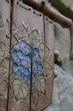 Krásně zvoní i ta modrokytičková Slab Pottery, Ceramic Pottery, Pottery Art, Ceramic Wall Art, Tile Art, Cerámica Ideas, Slab Ceramics, Pottery Handbuilding, Concrete Art