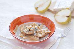 I ravioli ripieni di gorgonzola e dadolata di pere sono un primo piatto di pasta fresca bilanciato nel dolce-salato dai ravioli integrali.