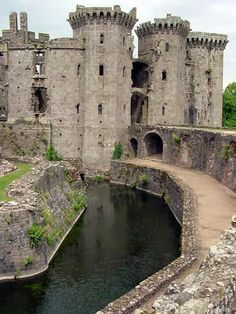 Wales Travel Inspiration - Raglan Castle is a late medieval castle located just north of the village of Raglan in the county of Monmouthshire in south east Wales. Beautiful Castles, Beautiful Buildings, Beautiful Places, Chateau Medieval, Medieval Castle, Chateau Moyen Age, Welsh Castles, English Castles, Scottish Castles