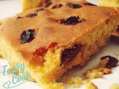 mpompota glukia me stafides (gluko kalampokopsomo) Fun Desserts, Dessert Recipes, Hoe Cakes, Middle Eastern Desserts, Greek Sweets, Homemade Sweets, Cooking Cake, Something Sweet, Sweet Bread