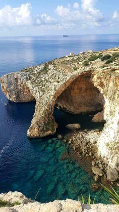 Gyönyörű helyszínek, varázslatos történelmi városrészek, azúrkék tenger, csodás gasztronómiai élmények, kalandok a szabadban - ez volt Málta, a Földközi-tenger kis ékszerdoboza, ahol 4 napot tölthettem el egy forgatásnak köszönhetően. Van ahol Olaszország, máshol Dubrovnik jut az ember eszébe, de… Beautiful Places In The World, Water, Outdoor, Gripe Water, Outdoors, Outdoor Games, The Great Outdoors