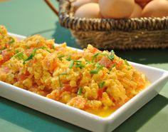 Pão e Beldroegas: Ovos Mexidos com Tomate