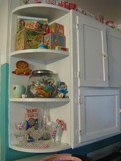 New vintage kitchen cabinets corner shelves ideas Corner Shelves Kitchen, Corner Stove, Diy Corner Shelf, Corner Desk, Vintage Kitchen Cabinets, Old Kitchen, Kitchen Ideas, Funky Kitchen, Vintage Cabinet