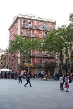 La Plaça del Diamant, el mismo nombre que una de las obras más grandes de la literatura catalana, obra de Mercè Rodoreda, http://www.viajarabarcelona.org/lugares-para-visitar-en-barcelona/plazas-de-gracia-en-barcelona/ #Barcelona