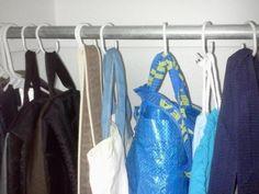 Los ganchos de las cortinas de baño pueden soportar muchas bolsas.