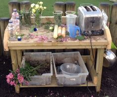 A mud kitchen? What a perfect idea for outdoor exploration! Perfume/potion making in the mud kitchen! Eyfs Outdoor Area, Outdoor Areas, Outdoor Fun, Natural Play Spaces, Outdoor Play Spaces, Outdoor Classroom, Outdoor School, Forest Classroom, Reggio Classroom