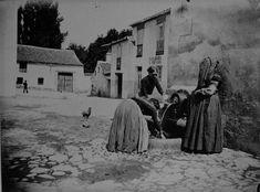 Mujeres recogiendo agua, Madrid  Barriada del Camino Bajo de San Isidro