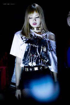 Cutie serious face of Lalisa a.a Limario💜💜 Kpop Girl Groups, Korean Girl Groups, Kpop Girls, Lisa Black Pink, Black Pink Kpop, Jennie Lisa, Blackpink Lisa, Yg Entertainment, Rapper
