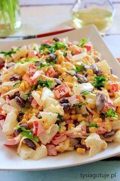 Błyskawiczna i pyszna sałatka, która idealnie sprawdzi się na imprezowym stole. Nie wymaga specjalnie skomplikowanych składników więc prz... Mexican Salads, Appetizer Salads, Cooking Recipes, Healthy Recipes, Tasty Dishes, Vegetable Recipes, Pasta Salad, Food Inspiration, Salad Recipes