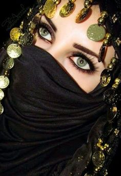 In my next lifetime, I want eyes just like this! Beautiful Muslim Women, Beautiful Hijab, Beautiful Eyes, Arabian Eyes, Arabian Beauty, Arabian Nights, Dubai Fashionista, Muslim Beauty, Arabic Makeup