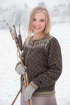 Ravelry: Stille som sne pattern by Karihdesign Kari Hestnes Knitting Designs, Knitting Patterns Free, Knit Patterns, Free Knitting, Cardigan Design, Knit Cardigan Pattern, Fair Isle Knitting, Christmas Knitting, Beautiful Crochet