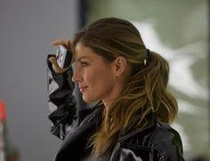 Gisele Bündchen se veste como a personagem Trinity, do filme 'Matrix', para nova campanha (Foto: Divulgação)