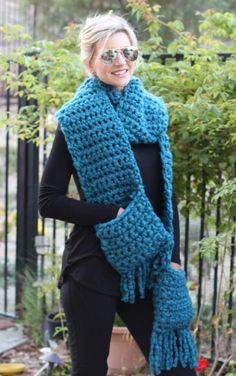 Easy Crochet Fringe Pocket Scarf: free crochet pattern