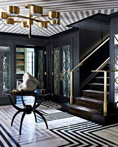 Love the drama of this entryway // Striped Ceiling Wallcovering Black Entry Hall - Kelly Wearstler Design - ELLE DECOR Kelly Wearstler, Tapetes Art Deco, Striped Ceiling, Striped Walls, Interiores Art Deco, Arte Art Deco, Entry Way Design, Art Deco Decor, Room Decor