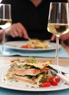 Lasagne with salmon and asparagus (in norwegian) Norwegian Food, Salmon And Asparagus, Parmesan Sauce, Fish Recipes, Seafood, Sandwiches, Mexican, Ethnic Recipes, Lasagna