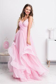 Sen každej malej dámy je stať sa princeznou a v týchto šatách si môžeš plniť svoj detský sen po celú noc. Krásne spoločenské šaty majú nadýchanú tylovú sukňu, na ktorej je vrchná vrstva asymetrická. Bridal Dresses, Prom Dresses, Formal Dresses, Formal Wear, Strapless Dress Formal, Evening Dresses, Female, Dreams, Style