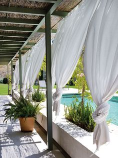 Porche con piscina y cortinas