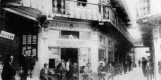 diaforetiko.gr : Τα καφενεία της Αθήνας του 1900! …Ένα νοσταλγικό ταξίδι στο χρόνο !!!Καφενείο στη Στοά Φέξη.