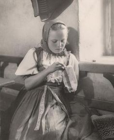 Sunday work, 1942. Slovakia Medieval Dress, Good People, Amazing People, Vintage Photography, Traditional Dresses, Old Photos, Pop Culture, Nostalgia, Flower Girl Dresses