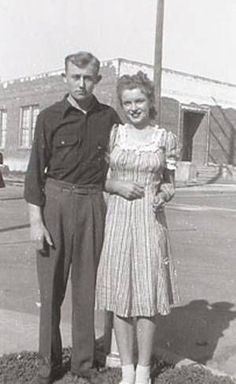 James Dougherty, a retired Los Angeles police detective who earned a niche in Hollywood history when he married a pretty teenager named Norma Jean Baker in the early years before she became the iconic sex symbol Marilyn Monroe, has died. Joven Marilyn Monroe, Marilyn Monroe Kunst, Estilo Marilyn Monroe, Young Marilyn Monroe, Norma Jean Marilyn Monroe, Marilyn Monroe Photos, Stars D'hollywood, Pin Up, Portrait Studio