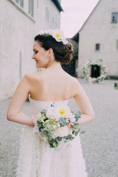 Hochzeitsfloristik ist unglaublich schön! . Hair and Make-up by me mubka.ch Foto: ladies and lord |Claudia Magas Model: @polina.and.frenchie Kleid und Haarreif: @mabi_bridalboutique Blumen: @evelynkuehr .  #makeup #swissmua #makeupartistschweiz #promlook #makeupandmuas #weddinglook #brautmakeup  #bridalmua #bridalmakeupartist #glamour #bridalmakeup #blumen #flowers #weddingflowers #bouquet #weddingbouquet #florist #floristik #flowerart #hairinspo #styledwedding Prom Looks, Wedding Looks, Wedding Bouquets, Wedding Flowers, Wedding Dresses, Braut Make-up, Bridal Updo, Bridal Make Up, Hair Inspo