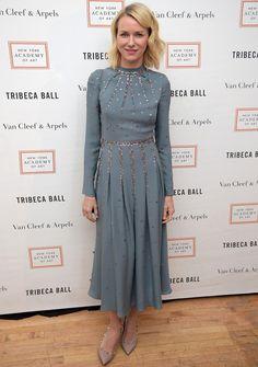 Naomi Watts con vestido azul midi de Valentino.