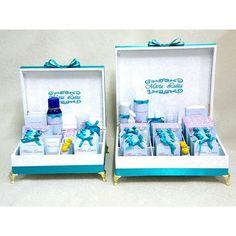 Conjunto de caixas completas para toalete, forradas em adamascado branco com Tiffany, brasão bordado e papelaria personalizada   Informações: atelieflordeamora@gmail.com