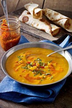 Keine Angst vor Harissa! Die scharfe Gewürzpaste peppt die süßliche Kürbissuppe richtig auf und verleiht ihr ein Extra an orientalischem Flair. So muss gelöffeltes Glück schmecken. #kürbis #kürbisrezepte #kürbissuppe #lecker #kochen #rezepte #herbst #herbstrezepte #harissa #lecker #kochen #vegan