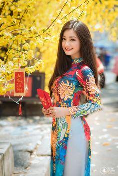 Ao Dai, Vietnamese Traditional Dress, Traditional Dresses, Cartier Bracelet, Bracelet Box, Mode Lookbook, Beautiful Asian Women, Asian Fashion, Men Wear