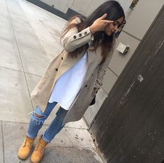 Ripped Jeans with Long White Shirt and Camo Jacket with Timberlands Outfit Timberland, Mode Timberland, Timberlands, Timberland Fashion, Dope Outfits, Casual Outfits, Fashion Outfits, Womens Fashion, School Outfits