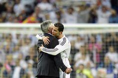 Cristiano Ronaldo enlace son entraîneur Carlo Ancelotti à l'issue de la victoire madrilène. L'Italien a remporté la bataille tactique qui l'opposait à son homologue Luis Enrique. (AFP/Javier Soriano)