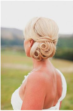 This hairstyle is a perfect example of relaxed elegance!