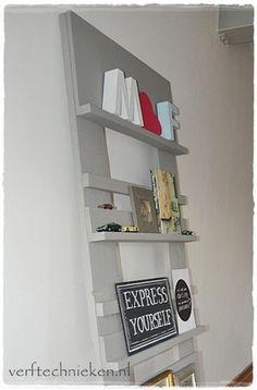 DIY: wandrek van sloophout, geschilderd met Abbondanza krijtverf in de kleur 'Long Island' grijs.