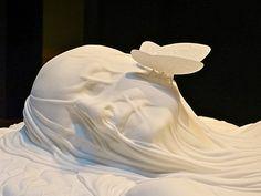 Les gisants aux insectes de Jan Fabre.