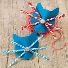 DIY cat party favors, made using felt and Pixie Stix {links to a template}