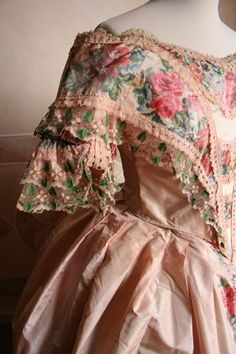 1851 Sleeve - Two-piece ball gown (bodice and skirt) in silk taffeta machines' . _____ The bodice is closed by a lacing on the back.