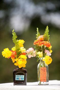 Elementos reutilizables ensalzados con flores de colores vibrantes.  #maríalimón #floraldesign #florals #eventstyling #weddingstyling #trends #weddingdecor #summer #weddingstyle #vibrantcolors #inspiration #unique #yellow #orange #pink