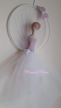Delightful ballerina made by hand on a white metal support in the shape of a circle.The white tulle that collects the circle closes in a soft and graceful tutu on which rests the corset of the ballerina in antique pink linen. Diy Party Decorations, Baby Shower Decorations, Backdrops For Sale, Tutu, Pink Painting, Floral Hoops, Kids Room Wall Art, Girl Decor, Unicorn Party