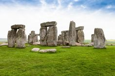 Scientists find structures buried around Stonehenge
