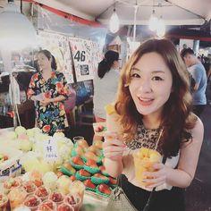 배부르지만 끝까지!!! 디저트로 어마무지하게 큰 망고!!! . . . #맛스타그램 #먹방 #대만 #타이페이 #taipei #taiwan #travel #라오허제야시장 #nightmarket #휴가 #vacation #직딩 #직장인 #직장인스타그램 #여행스타그램 #foodstagram #망고 #mango http://tipsrazzi.com/ipost/1506813904645689892/?code=BTpR0NJBpIk