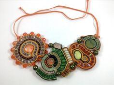 Morline Jewelry ML C001.2 - Collana SUMMER Collana finemente lavorata a mano in tecnica soutache, composta da piattine in tonalità giallo, arancione, verde, madreperla, cristalli e perle in vetro.  #soutache