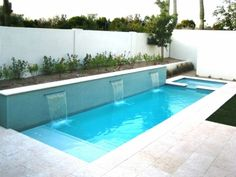 piscine enterrée en forme recntangulaire et cascades