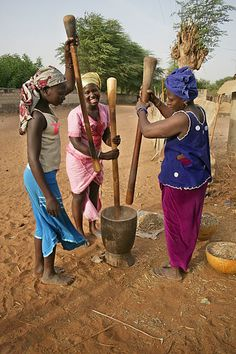 Pounding grain in Senegal - Travel with Kat African Life, African Culture, African Women, Out Of Africa, West Africa, Senegal Travel, Afrique Art, Casamance, African Tribes