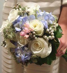 #bouquet de #novia con #flores naturales #frescas como #rosas blancas #hortensia #azules, #jacintos #rosa #brunia y #astrantia, perfecto e ideal para novia #neo #clásica