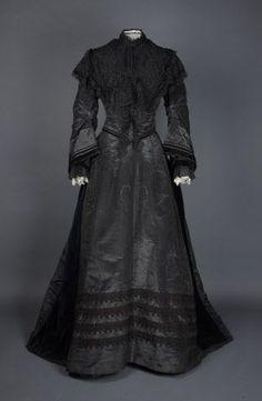 Black silk dress, English, Looks like a mourning dress? 1870s Fashion, Edwardian Fashion, Vintage Fashion, French Fashion, Day Dresses, Evening Dresses, English Dress, Gothic, Steampunk