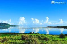 夏の日のアカヤ湾… 撮影したは無風のため、アカヤ湾が巨大な鏡のように、大空に舞う入道雲を写し、幻想的な風景でした。 撮影者:はいむるぶしスタッフ竹澤雅文さん